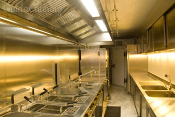 La cucina mobile a noleggio per un catering di alto livello ...