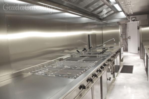 La cucina mobile a noleggio per un catering di alto livello ovunque ...